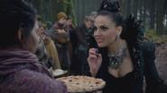 5x12 villageoise paysanne Méchante Reine Regina gâteau d'anniversaire tarte aux baies mûres myrtilles sourire compliment