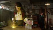 3x07 Belle French Ariel bouteille Whisky MacCutcheon