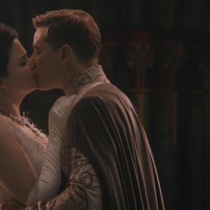 3x10 Blanche-Neige Prince Charmant baiser Palais royal lune de miel.png
