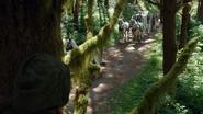 1x06 Blanche-Neige repérage route sentier forêt enchantée convoi
