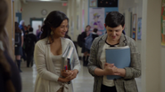 6x04 Mary Margaret Shirin Jasmine rencontre couloir école élémentaire livre main sourire
