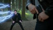 6x04 David Nolan Emma Swan Mr Hyde forêt de Storybrooke tronc arbres feuilles éclair electrique pistolet poche