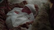 7x07 Alice bébé berceau