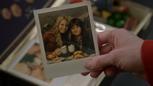 6x20 boîte à souvenirs photographie Emma Swan Henry Mills main tasses chocolats chauds repas assiettes hamburgers frites chez Café Granny Storybrooke.png