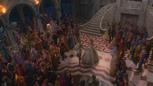 1x04 vue arrivée Prince Thomas Ella Cendrillon mariage bal foule invités cour château palais.png
