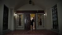 4x18 Manoir d'Enfer porte d'entrée hall
