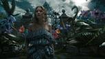 Alice au Pays des Merveilles 2010 film face curieux jardin fleurs.png