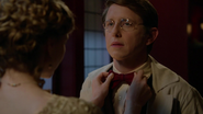 6x04 Dr Henry Jekyll Mary Angleterre Victorienne atelier de Jekyll lunettes nœud papillon main
