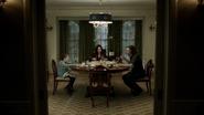 2x17 Regina Owen Kurt Flynn salle à manger