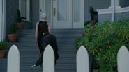 5x02 maison Swan Emma Ténébreuse Crochet Killian Jones escaliers porche