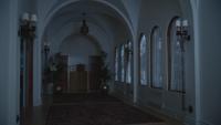 4x18 maison manoir demeure de Madeline Cruella d'Enfer couloir vide sombre pénombre