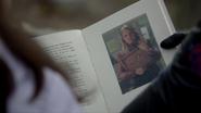 7x20 Livre de contes Emma révélation main Roni