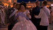 1x04 Prince David Charmant Ella Cendrillon Blanche-Neige Roi Prince Thomas dos embrassade étreinte félicitations mariage
