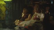 1x04 marionnettes de bois Stephen Donna boutique d'antiquités