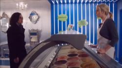 Scène coupée 4x10 The Ice Cream Lady Regina Mills Ingrid questions vendeuse glaces travail depuis toujours Sort noit