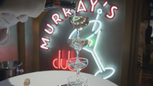 4x18 Murray's Night Club verres alcool service.png