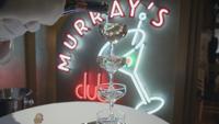 4x18 Murray's Night Club verres alcool service
