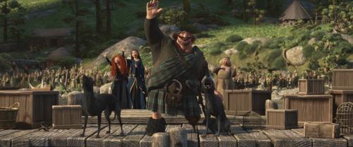 Rebelle Brave Disney Merida Reine Elinor Roi Fergus quai salut adieux.png