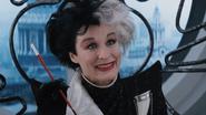 Les 101 Dalmatiens (film) 1996 Cruella d'Enfer Glenn Close sourire bureau