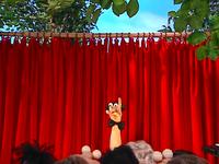Oobi-Theater-Maestru-on-stage