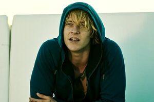 Luke-bracey-goes-undercover-in-point-break