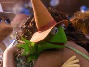 Scarecrow Kermit hugs Dorothy goodbye