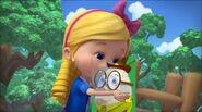 Goldie kisses Humpty Dumpty