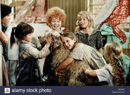 Scene-with-aileen-quinn-dog-annie-1982-BP6X62