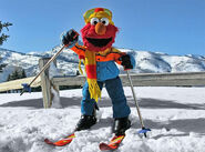 Elmo with skis in the snow