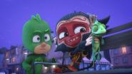 Gekko tries to grab Lionel from Munki gu