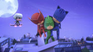 Gekko catches Owlette and Catboy
