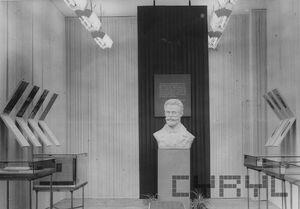 Muzeum Historii Ruchu Robotniczego - popiersie Marcina Kasprzaka.jpg