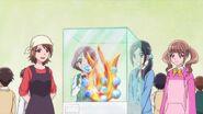 Sumiko explicando su pasión por su arte de vidrio