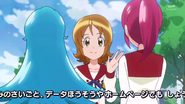 Yuko despidiendose de las chicas