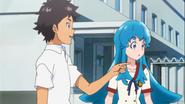 Kenta le pide a Hime alzar una tablas