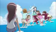 Las chicas lanzan agua a Erika como contra ataque