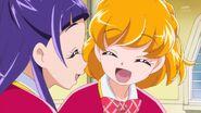 11. Mirai y Riko sonriendo luego de hacer que Ha-chan duerma