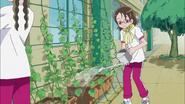 Aya regando la macetas
