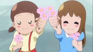 Dos lolis...digo, niñas es dan flores a las HaCha