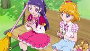 Mirai y Riko comiendo crepas