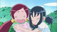 Tsubomi y Erika no saben que hacer para ayudar a Aki