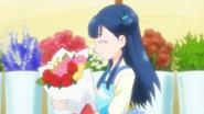 HuPC06.24-Saaya llevando un ramo de flores a un cliente y a Hana le recuerda algo