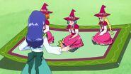 Liz dirige a las demas en una alfombra magica