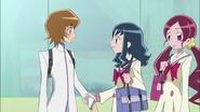 Erika y Tsubomi pidiendo a Itsuki que dibuje algunos diseños