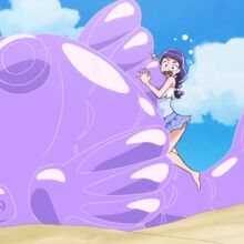 Riko sobre un flotador en forma de Pez gigante.jpg