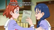 13. Yui entregandole a Haruka el guion