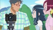 Ryuunosuke piensa tomar una foto a Aki junto a su padre