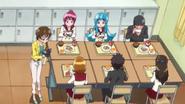 Miyo grabando a las chcias en el almuerzo
