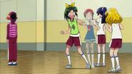 Akane haciendole bromas a Nao