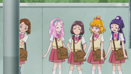 Kana acepta la idea de ayudar a Mayumi